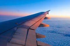 一架飞机的翼的看法通过窗口 免版税图库摄影