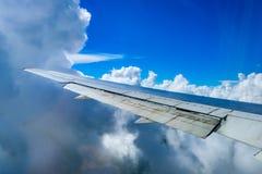 一架飞机的翼的看法通过窗口 免版税库存照片