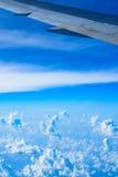 一架飞机的翼的看法通过窗口 图库摄影