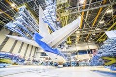 一架飞机的整修在飞机棚 免版税库存照片