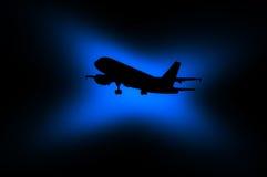 一架飞机的黑剪影在黑暗的背景的与净土真宗教派 库存图片