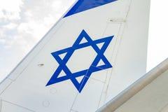 一架飞机的水平尾翼有以色列旗子的图画的 库存照片