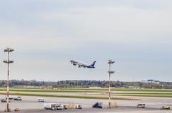 一架飞行客机在谢列梅机场 免版税库存图片