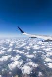 一架飞行飞机的翼在云彩上的在金奈 库存图片