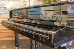 一架黑大平台钢琴的门面 免版税库存照片