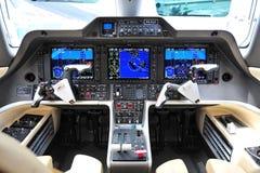 一架巴西航空工业公司杰出人材300企业喷气机的驾驶舱在新加坡Airshow 免版税图库摄影