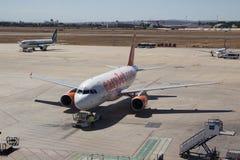 一架EasyJet班机在机场在巴伦西亚,西班牙 免版税库存图片