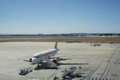 一架EasyJet班机在机场在巴伦西亚,西班牙 库存图片