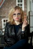 一栋公寓的女孩在阿姆斯特丹 免版税图库摄影