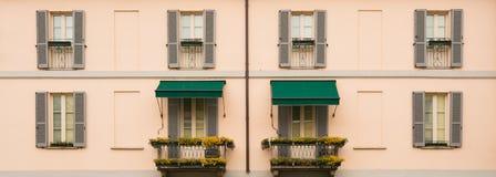 一栋典型的住宅公寓的门面在意大利 库存图片