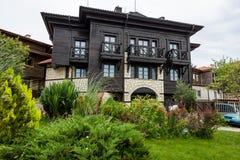 一栋典型的居民住房和一条街道有游人的在老镇 免版税图库摄影