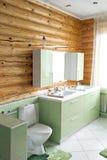 一栋土气原木小屋的卫生间,在山 美好的内部 杉木日志房子  库存照片