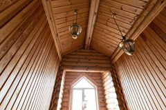 一栋土气原木小屋的卫生间,在山 美好的内部 杉木日志房子  图库摄影