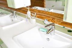 一栋土气原木小屋的卫生间,在山 美好的内部 杉木日志房子  免版税库存照片