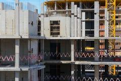 一栋多家庭高层居民住房的框架 免版税库存照片