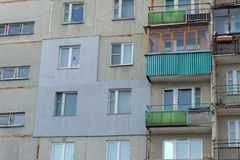 一栋多层的具体盘区居民住房的片段与外表上应用的外部保温的在 免版税库存图片