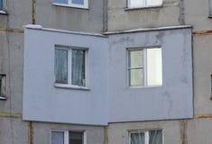一栋多层的具体盘区居民住房的片段与外表上应用的外部保温的在 库存照片