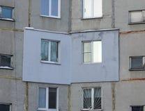 一栋多层的具体盘区居民住房的片段与外表上应用的外部保温的在 库存图片