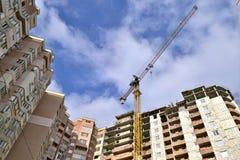 一栋多层的居民住房的建筑 免版税库存图片