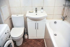 一栋小公寓的卫生间 免版税库存照片