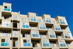 一栋居民住房的未完成的大厦反对蓝色s的 库存照片