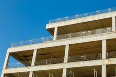 一栋居民住房的未完成的大厦反对蓝色s的 免版税库存图片