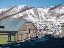 一栋居民住房的门面和雪小海湾的看法 免版税库存照片