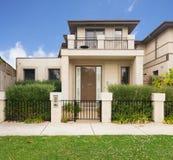 一栋当代连栋房屋的门面在墨尔本澳大利亚 免版税库存照片