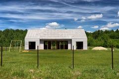 一栋新的乡间别墅的框架 免版税库存照片