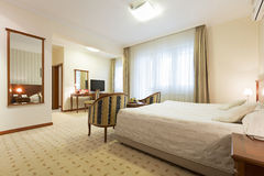 一栋旅馆公寓的内部早晨 免版税库存照片