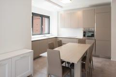 一栋现代公寓的最小的厨房 库存照片