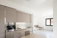一栋现代公寓的最小的厨房 图库摄影