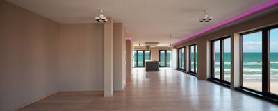 一栋现代公寓的客厅,海视图 库存照片
