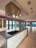 一栋现代公寓,厨房的内部有海视图 免版税图库摄影