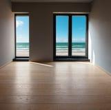 一栋现代公寓,室的内部有海视图 库存图片