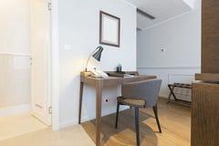 一栋现代旅馆公寓的内部 免版税库存照片