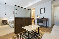 一栋现代旅馆公寓的内部 免版税库存图片