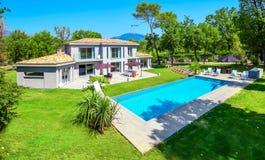 一栋美丽的别墅的高的看法在法国海滨的 免版税库存图片