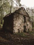 一栋老居民住房的废墟 免版税库存照片
