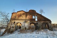 一栋老居民住房的废墟 恐怖和不祥 免版税库存照片