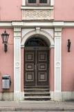 一栋老居民住房的门在古典主义样式的 拉脱维亚里加 库存照片