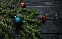 一根冷杉木的绿色分支与球形的 库存照片