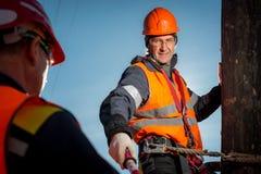 一根杆的电工反对蓝天 免版税库存照片