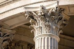 一根柱子的冠与美好的雕塑的 免版税库存照片