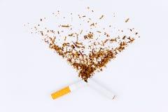 一根残破的香烟的特写镜头 免版税库存照片