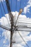 一根电杆的照片与的许多缆绳 库存照片
