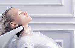 一根白肤金发的妇女洗涤的头发 免版税库存图片