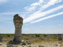 一根石柱子,在蓝天背景  免版税图库摄影