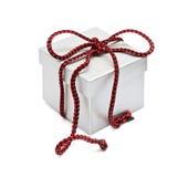 一根红色绳子栓的箱子 免版税库存照片