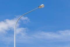 一根街灯杆有美好的蓝天背景 免版税库存图片
